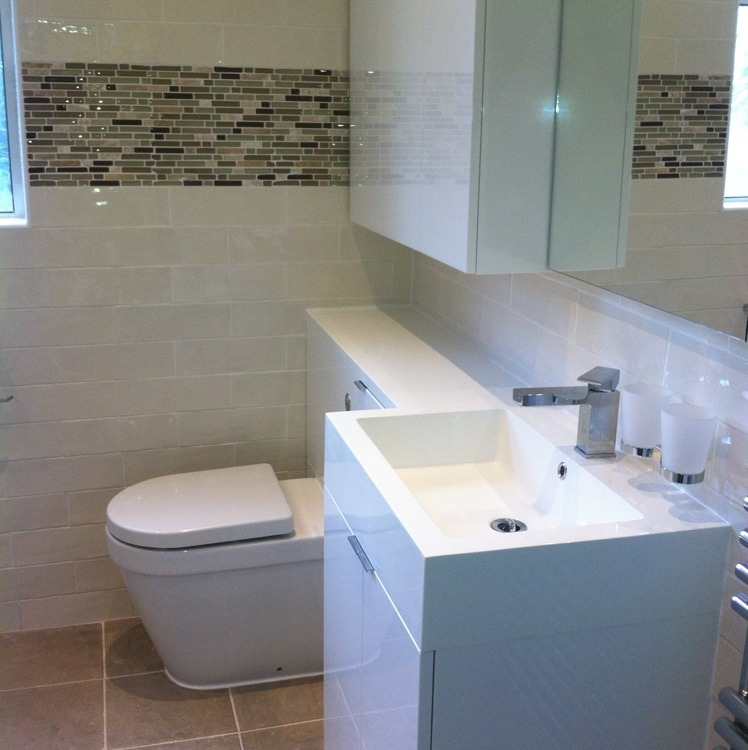 OHM Building and Kitchen Refurbishment services install brand new bathroom with pattern back tiles